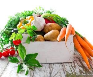Frisches Gemüse auf Holzhintergrund