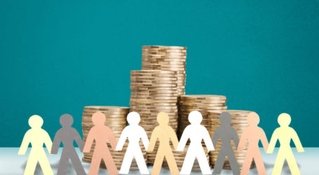 Papier, in dem menschliche Zahlen um den Geldstapel herum abgeschnitten werden