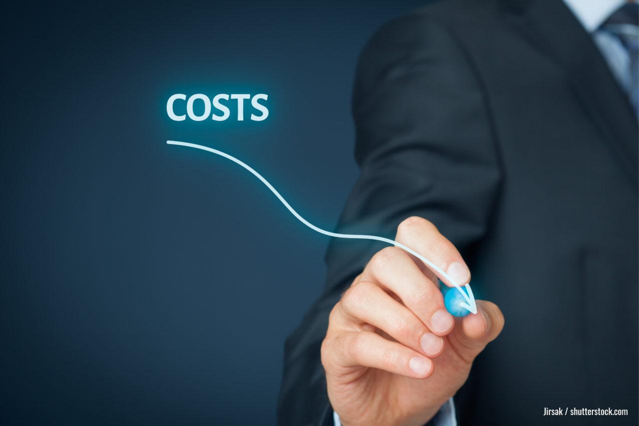 Kostensenkung, Kostensenkung, Kostenoptimierung Geschäftsmann zeichnet einfache Grafik mit absteigender Kurve.