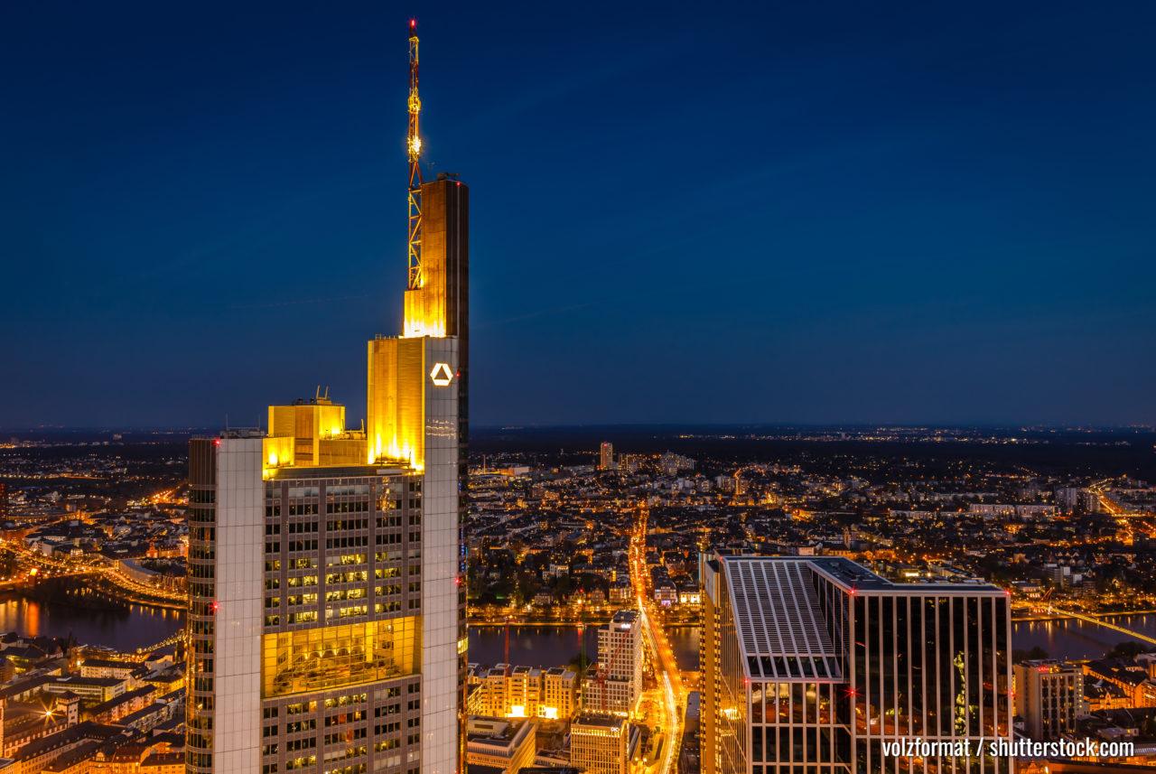 Commerzbank Tower in Frankfurt am Main bei Sonnenuntergang vom Mainturm aus gesehen