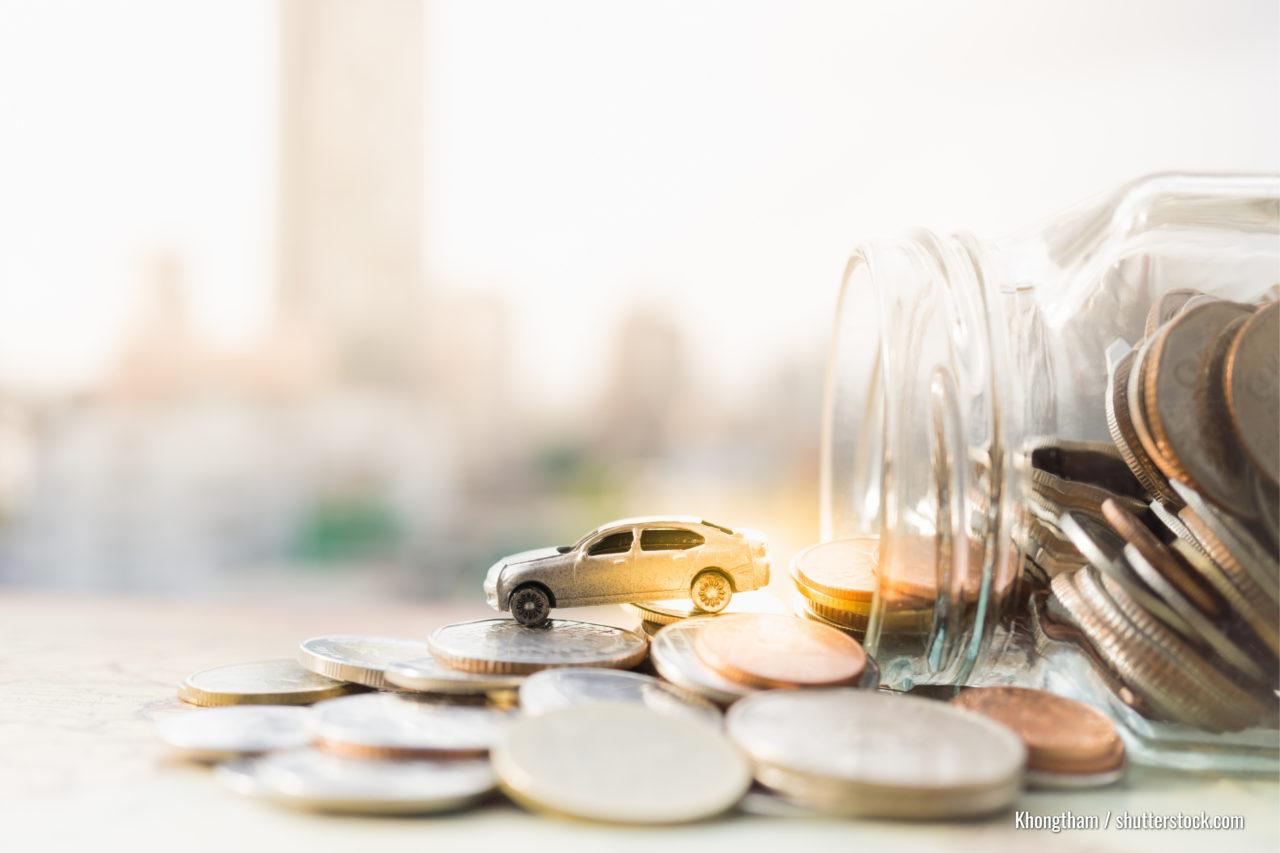 Miniatur-Automodell und Finanzausweis mit Münzen. Finanz- und Autoverleih, Sparen Sie Geld für ein Auto oder Material Design Konzepte.