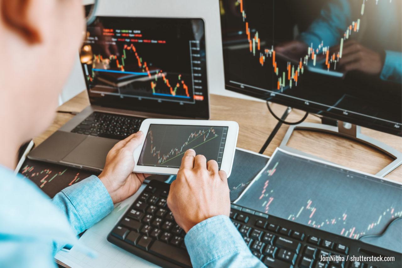 Geschäftsmann handeln Wertpapierbörse, die das Konzept der Börsenhändler für Graphen diskutieren.