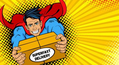 Pop Art Superheld. Junge gut aussehende glückliche Mann in einer Superheldenkostüme Fliegen, die große Schachtel mit superschnellem Liefertext halten. Vektorgrafik im Retro-Pop-Art-Comic-Stil. Lieferpostvorlage.