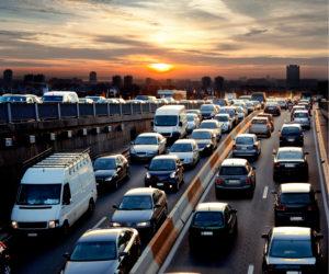 Später Nachmittagsverkehr.Verkehrsstau. Autos. Urbane Szene.