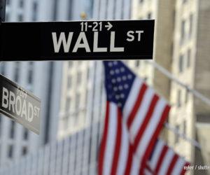 Wall Street Schild mit Fokus auf Schild, unscharfer amerikanischer Hintergrund