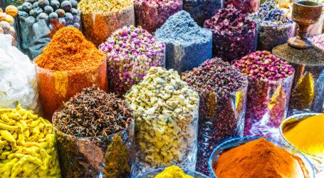 Vielfältige Gewürze und Kräuter auf dem Arab Street Market Stall. Dubai Spice Souk, Vereinigte Arabische Emirate.
