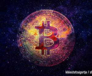 Bitcoin im Zentrum des schwarzen Universums mit Sternen