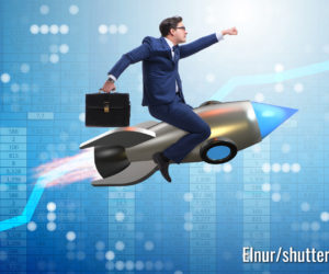 Geschäftsmann fliegt auf Rakete in Geschäftskonzept