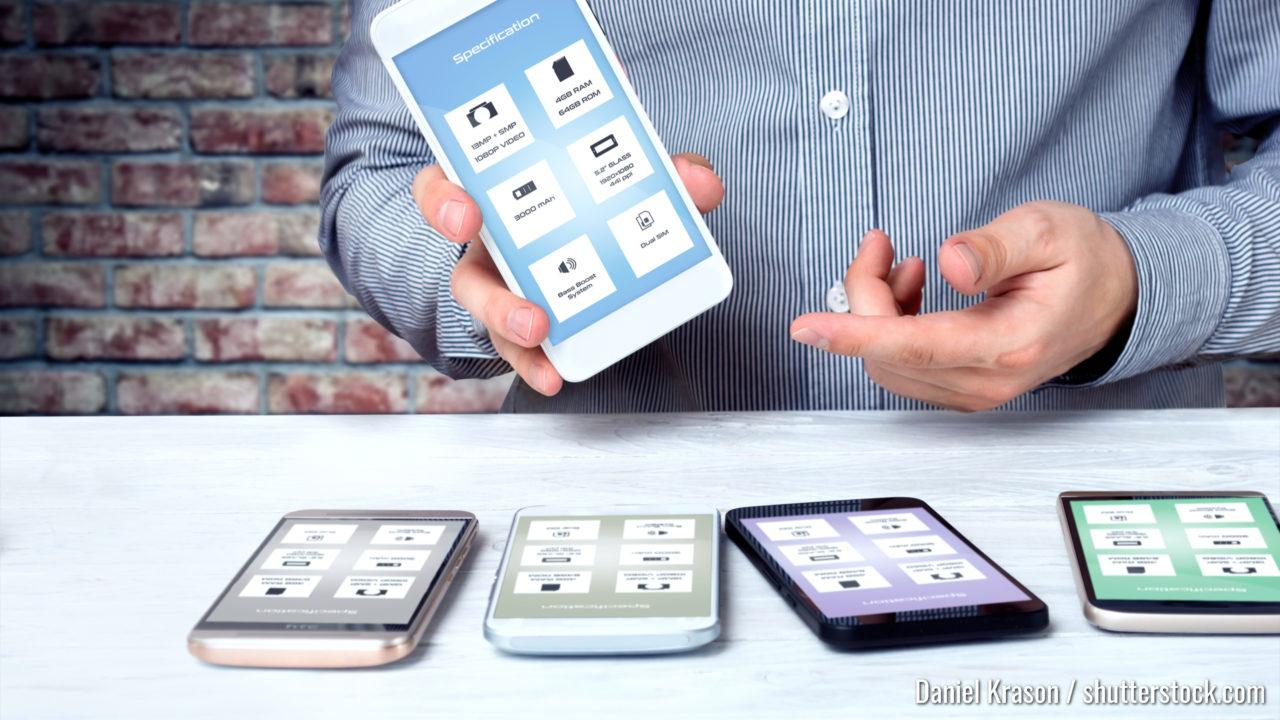 Professioneller Berater zeigt eines der hochwertigen Smartphones