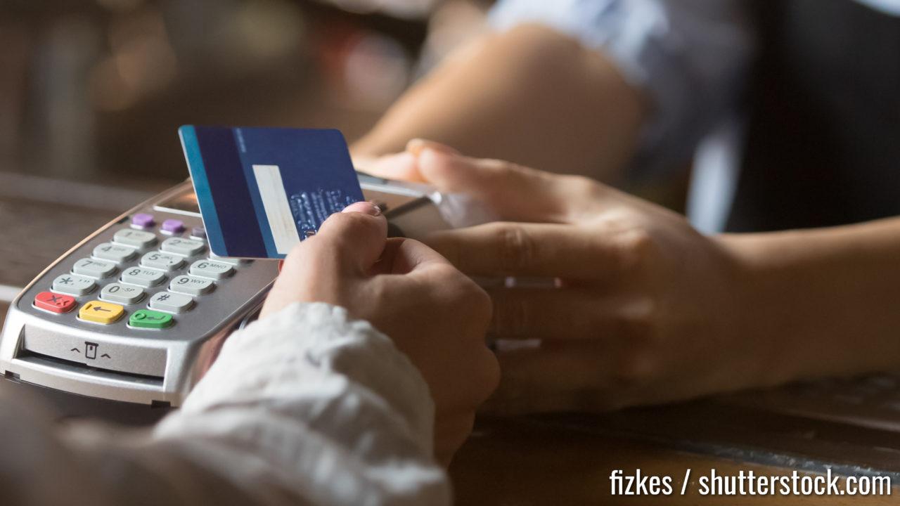 Der Kunde steht in der Nähe Barzähler Zahlung verwenden kontaktlose Kreditkarte Nahaufnahme Hands-Gerät, bargeldlose Methode bezahlen Rechnungen in kommerziellen Plätzen Konzept. Horizontaler Banner für das Design von Webseitenkopfbildern